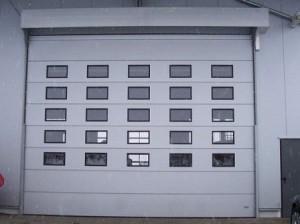 brama segmentowa z oknami
